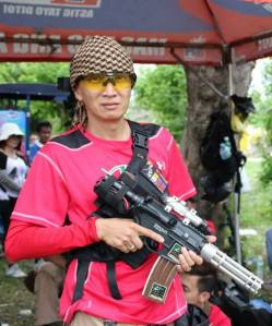Jung-Jung Tracer of Team Excom from Zamboanga City showing off one of their airsoft innovations. (Foto: CLA Mahinay)